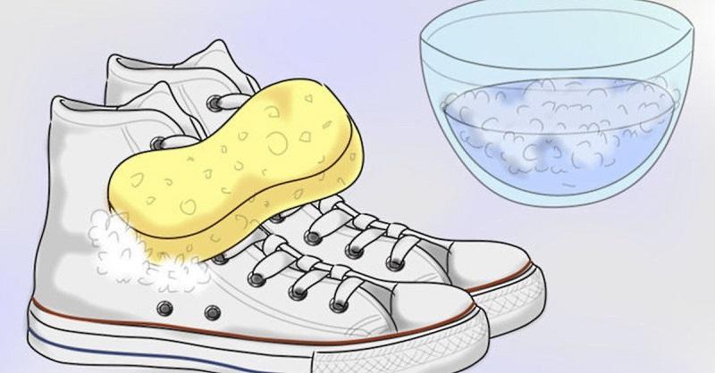Она смешала 2 ингредиента, которые есть в каждом доме. Теперь ее белая обувь как новая!