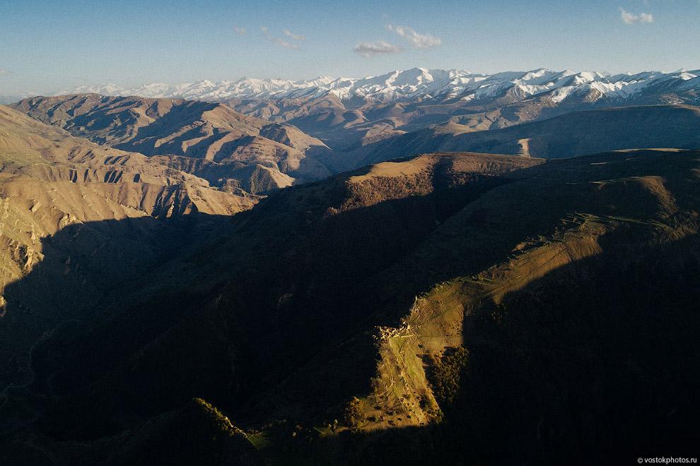 Гамсутль на фоне Большого Кавказского хребта.