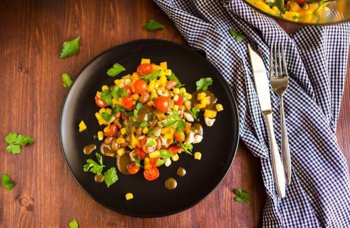Салат с кукурузой и курицей «Дачный вариант»