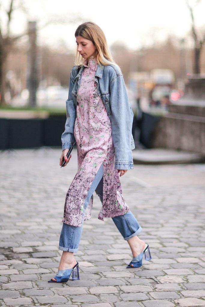 Девушка в джинсах и шелковом платье