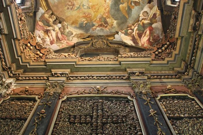 Склеп при церкви Святого Бернардино на костях.