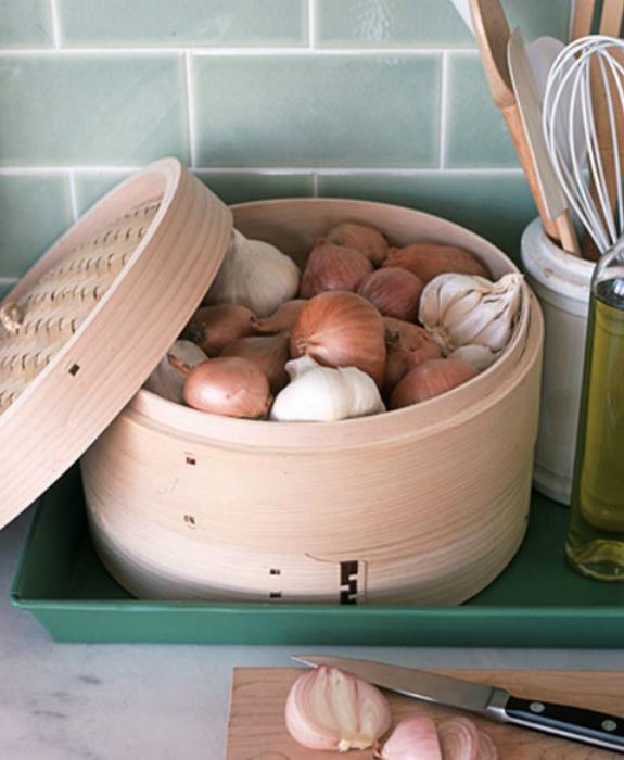 Место для хранения лука и чеснока.   Фото: Bgcrb.ru.