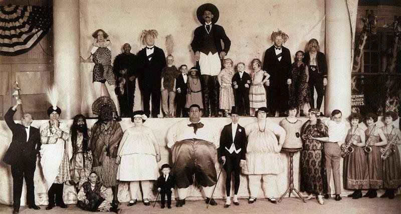 А это целая труппа цирка. Заметьте, никаких животных. Только совсем необычные люди интересное, прошлое, фото, цирк