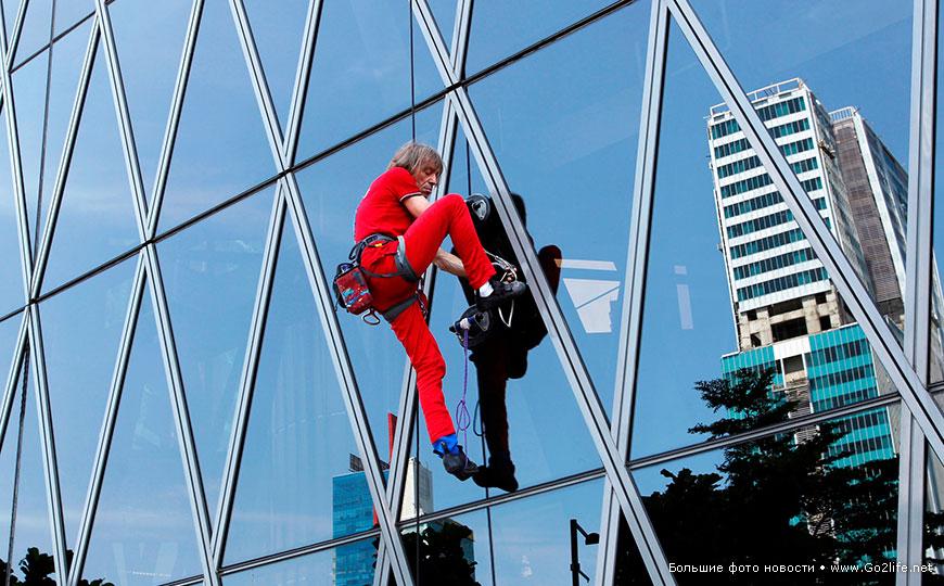 Французский человек-паук Ален Робер покорил очередной небоскреб Парижа