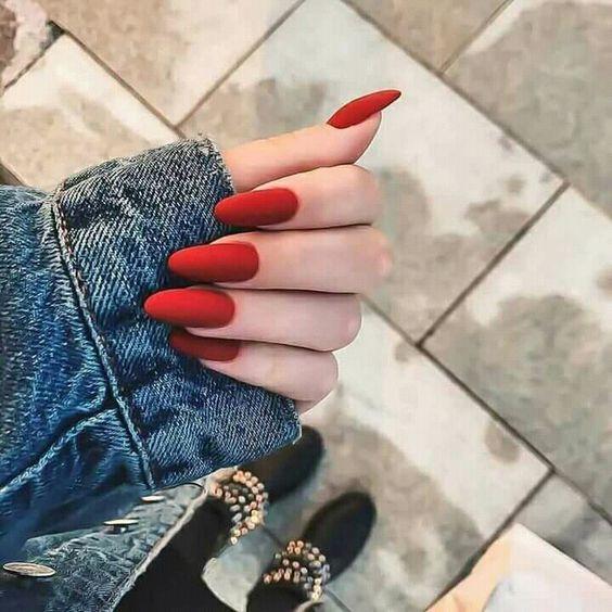 деловй маникюр с красным лаком на ногтях
