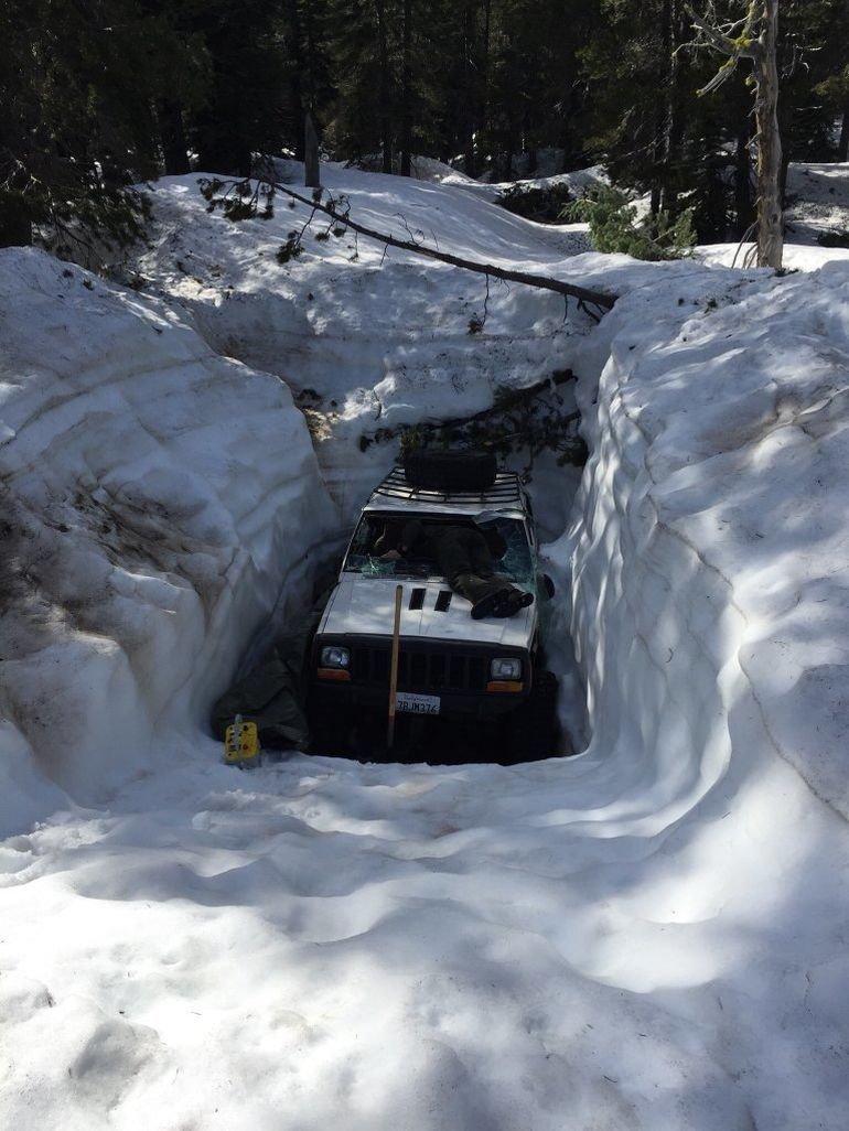 Спасение Джипа из снежного плена cherokee. спасение, jeep, авто, внедорожник, помощь, снегопад, сугроб
