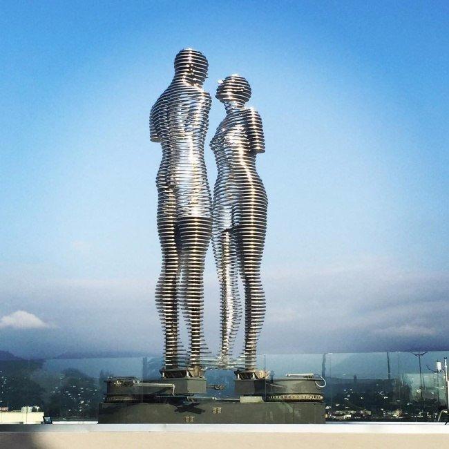 Эти движущиеся статуи каждый…