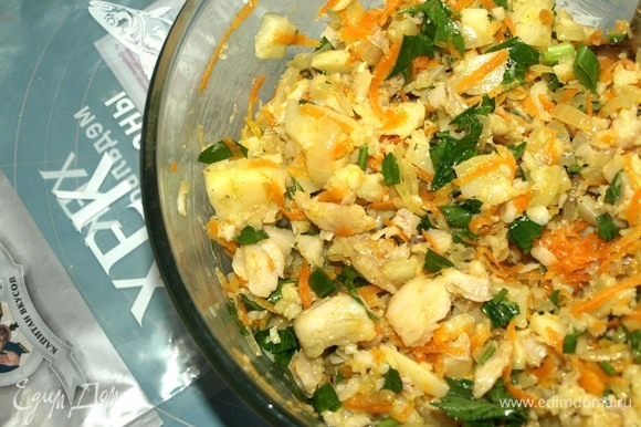 Когда начинка остыла, добавить соль и перец по вкусу. Зелень (петрушка, укроп, зеленый лук) мелко порубить и добавить в начинку. Картофель мелко нарезать и добавить в начинку. Хорошо перемешать.