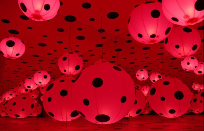 Красное и чёрное. Автор: Yayoi Kusama.