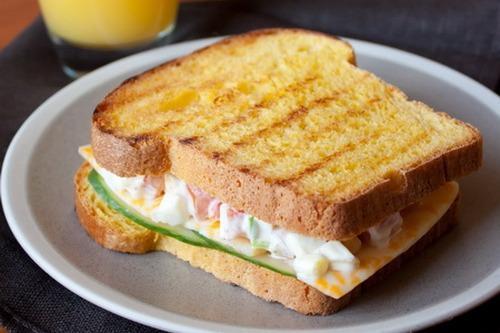 Ароматный сэндвич с яичным салатом.