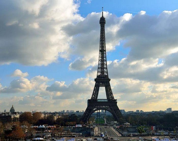 Вандалы, сорвавшие полумесяц с вершины Эйфелевой башни, приговорены к тюремным срокам