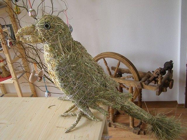 Фигурки животных из сена-соломы