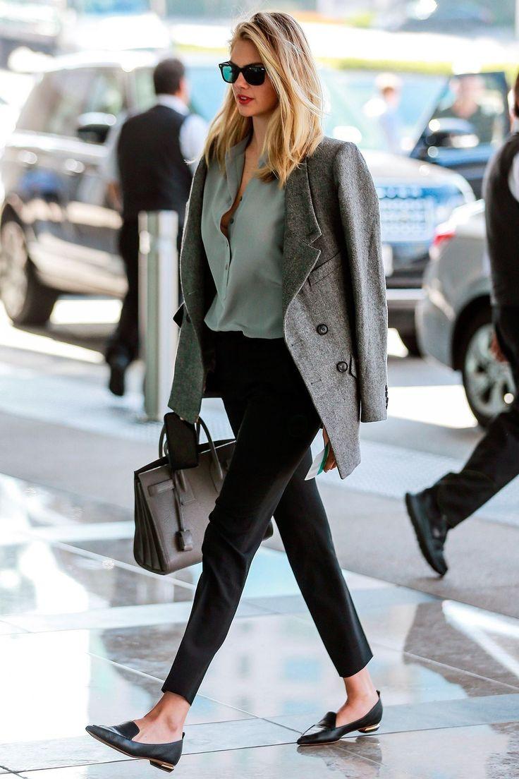 Черные брюки, рубашку и жакет дополнят туфли с узким носком и незаметным каблуком