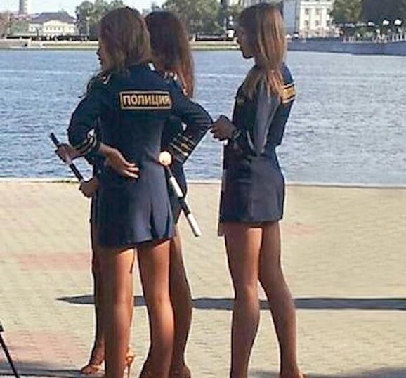 У банковских работниц под юбками85