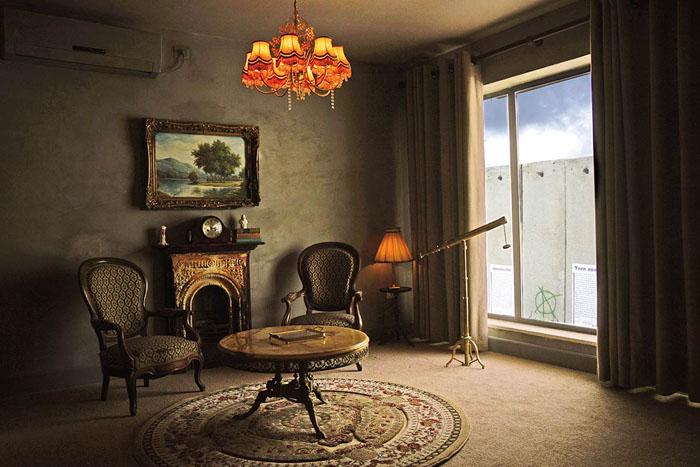 Шикарный отель с шокирующим видом из окна: последняя работа скандального Banksy