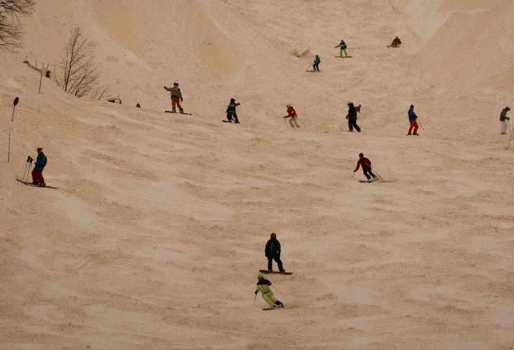 А вот и тот самый оранжевый снег на горнолыжном курорте Роза Хутор