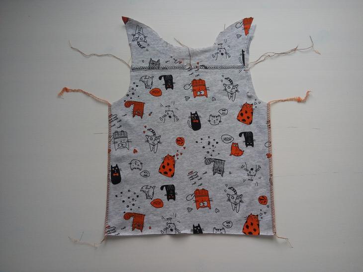 Стачиваем боковые швы спинки и переда швами наружу. Используем плоский шов, декоративный flatlock на оверлоке или оверлочную строчку на швейной машинке.