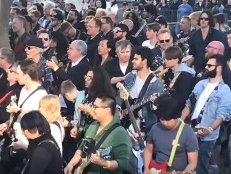 Почти 500 гитаристов синхрон…
