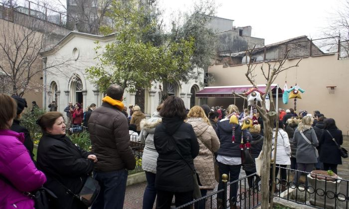 Первого числа каждого месяца к церкви выстраиваются огромные очереди. / Фото: www.gezilecekyerler.com