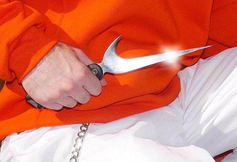 Nike в печень, спортсмен не вечен: художник превратил логотипы в оружие