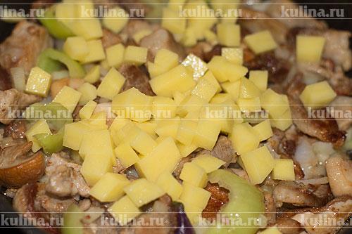 Добавить нарезанный кубиками очищенный картофель.