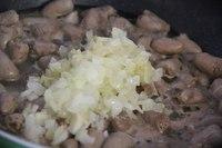 Куриные сердечки в сырном соусе.