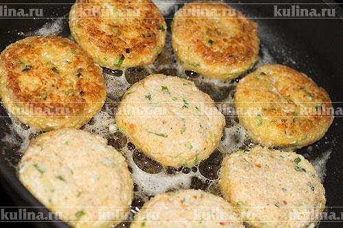 В сковороде разогреть растительное масло, выложить котлеты и обжаривать с двух сторон до золотистого цвета.