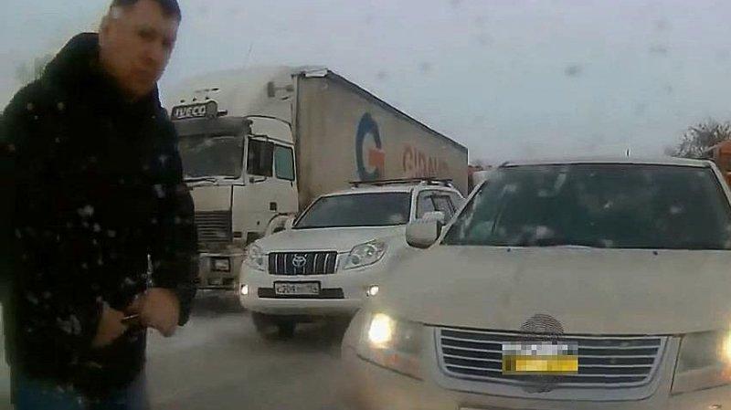В Новосибирске ищут автохама, который ездит по встречной и протыкает колеса ножом