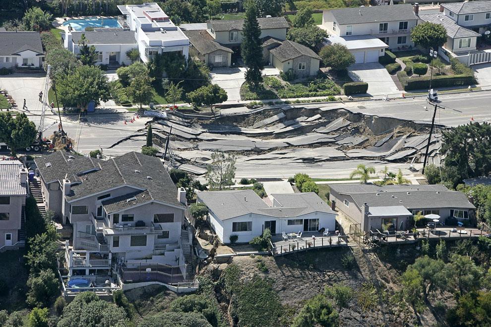 Провал на дороге в Сан-Диего, образовавшийся 4 октября 2007. Три дома на переднем плане были сильно повреждены