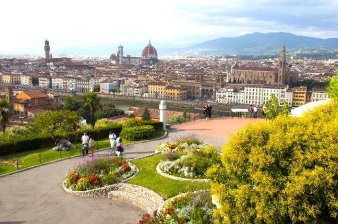 Разработанная в 1869 году по проекту флорентийского архитектора Джузеппе Поджи площадь открывает прекрасный панорамный вид на город и реку Арно