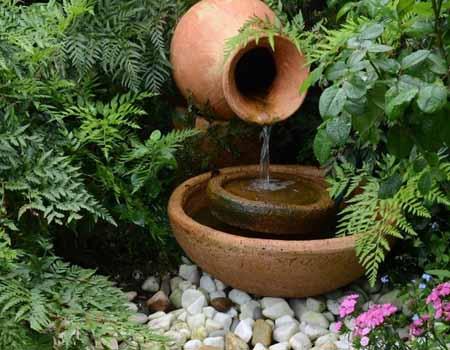 маленький водоем из керамических горшков на дачном участке