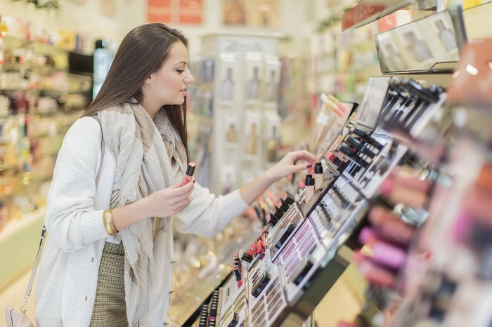 Не нужно покупать косметику, которой вы не собираетесь пользоваться в ближайшее время. / Фото: kto-chto-gde.ru