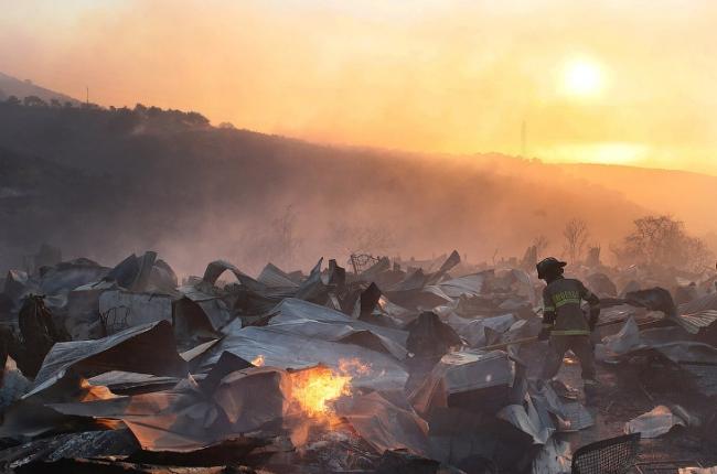 Самые разрушительные стихийные бедствия ушедшего года в объективах