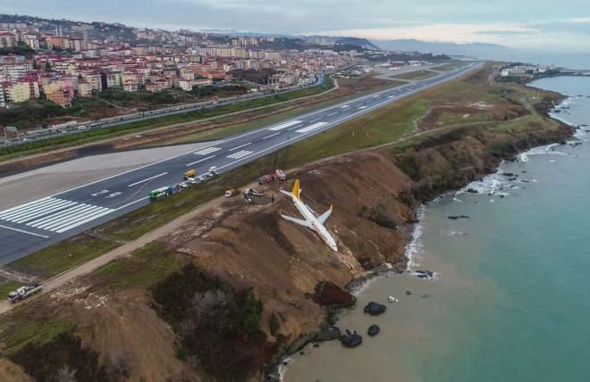 Катастрофа в Турции: пассажирский лайнер вылетел с посадочной полосы прямо в море