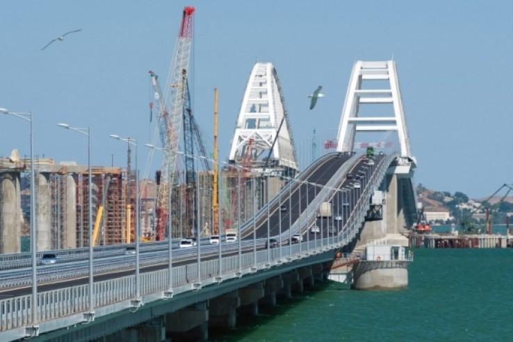 По мосту в Крым едет больше …