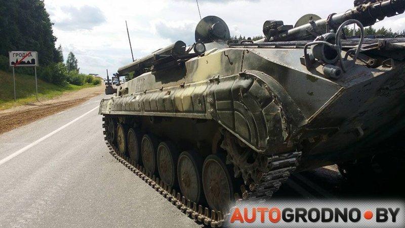 В Беларуси БМП наехала на легковой автомобиль, водитель чудом не пострадал авария, авто, бмп, везение, видео, военная техника, дтп, повезло