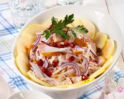 Салат из редьки, курицы и яблока/Фото: Олег Кулагин/BurdaMedia