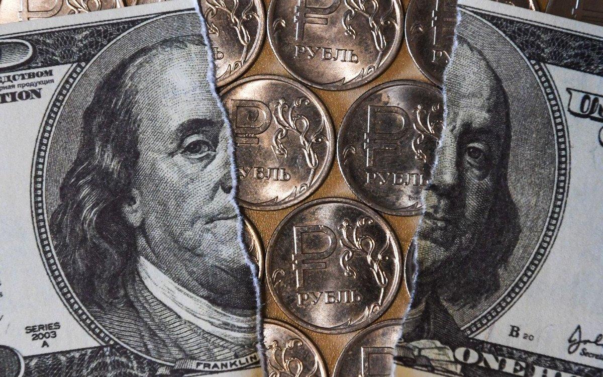 На Западе оценили, как Россия избавляется от «удушающего захвата» доллара