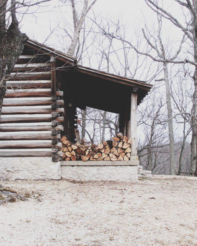 Очень удобно в использовании разместить дрова под навесом у входа в дом, в таком случае они всегда будут под рукой