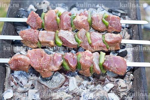 Куски говядины нанизать на шампуры, шампуры укладываем на мангал.