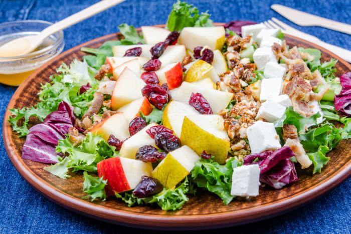 Салат с яблоками, сыром фета и орехами
