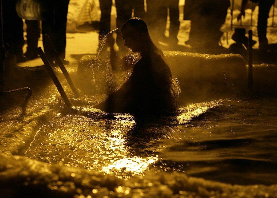 В Петрозаводске организовали прорубь, где в ледяную воду Онежского озера окунулись все желающие
