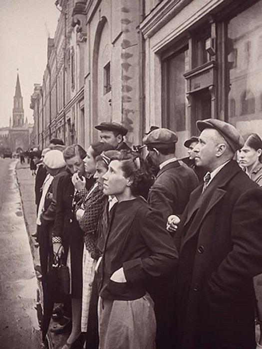 Москвичи слушают сообщение Советского информбюро.