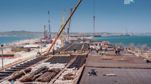 Наавтодорожной части Крымского моста забита последняя свая