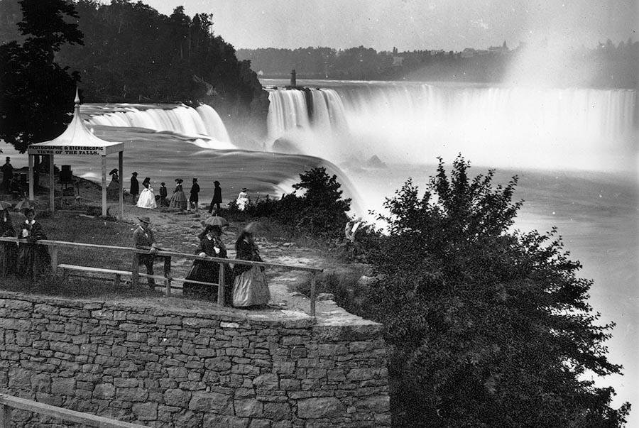 Отдыхающие любуются Ниагарским водопадом. США.