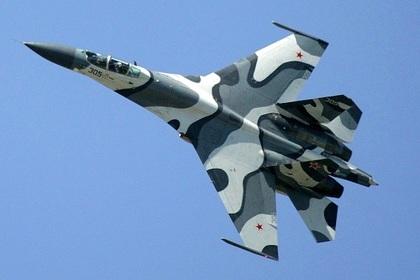 «Профессионально и безопасно»: В День Победы российский Су-27 пролетел в шести метрах от американского самолета