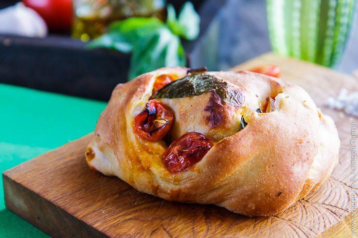 Хлеб с помидорами, базиликом и чесноком - фото