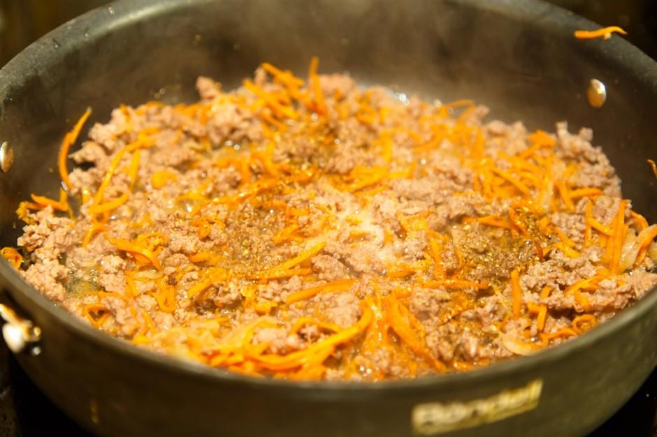 как тушить капусту с фаршем на сковороде