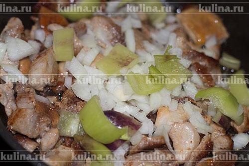 Репчатый лук мелко нарезать, перец нарезать кусочками и положить в сковороду.