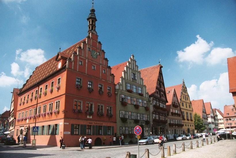 Нёрдлинген — город в Германии, построенный в метеоритном кратере